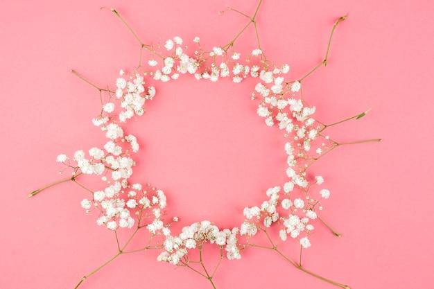 桃の背景に対して赤ちゃんの息から作られた円形
