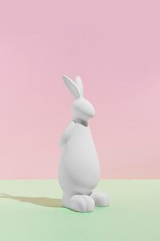 テーブルの上の白いウサギの置物