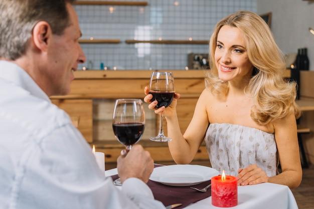 ロマンチックな夕食時に素敵なカップル