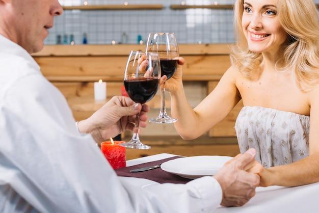 ロマンチックなディナー中に美しいカップル