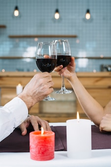 Средний снимок пары, делающей тост
