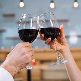 乾杯のカップルのクローズアップ