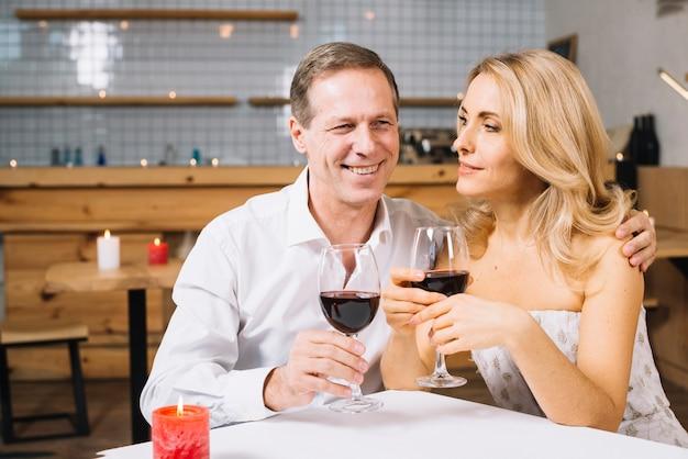 ロマンチックな夕食を楽しんでいる恋人たち