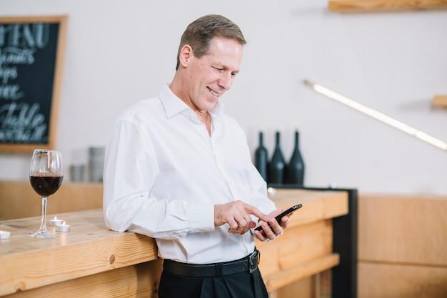 Вид сбоку человека, проверка его телефон