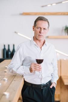 ワインのグラスを持って男の正面図