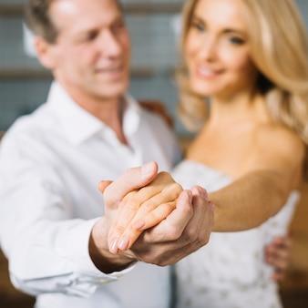 Средний снимок влюбленных, танцующих вместе