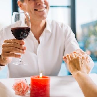 夕食で手を繋いでいるカップル