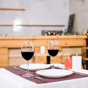 ロマンチックなディナーのテーブルセット