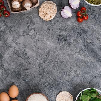 Ингредиенты и овощи с копией пространства для написания текста