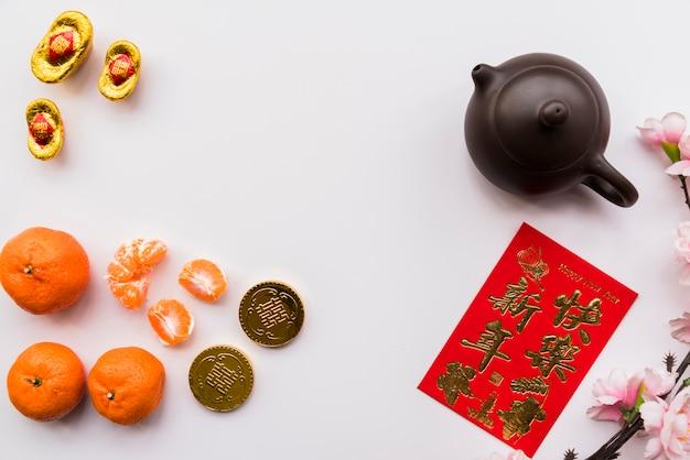 ティーポットと中国の新年のコンセプト