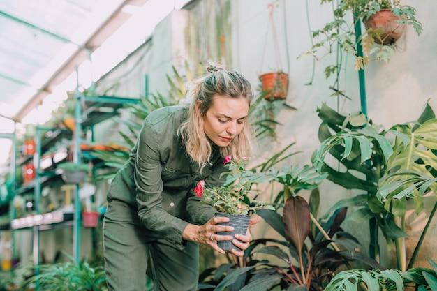 温室で働く美しい女性保育園労働者