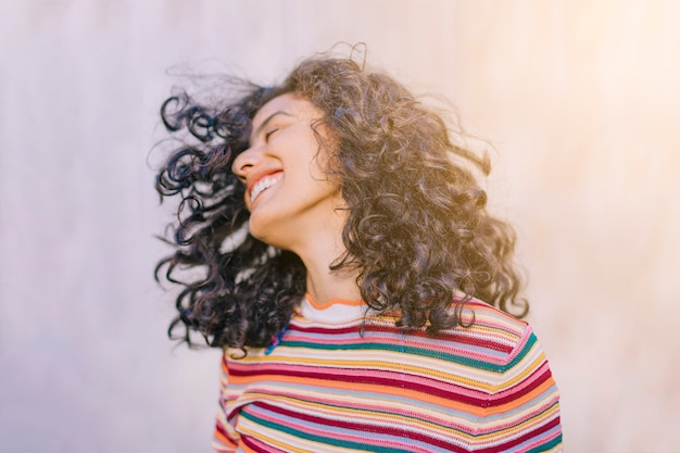 Портрет веселой молодой женщины