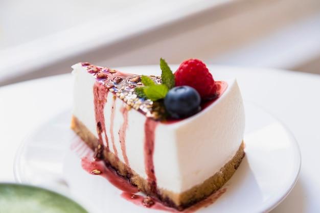 テーブルの上の皿に健康的な有機夏デザートパイチーズケーキ