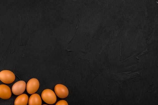 茶色の鶏の卵がテーブルの上に散らばって