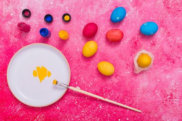 Крашеные яйца с красками