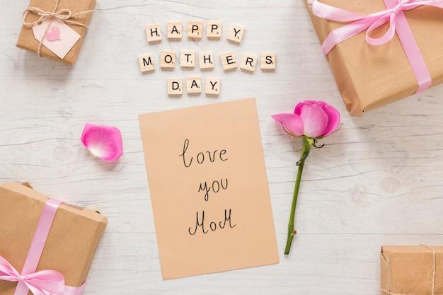Люблю тебя, мама, надпись с подарочной коробкой и розой
