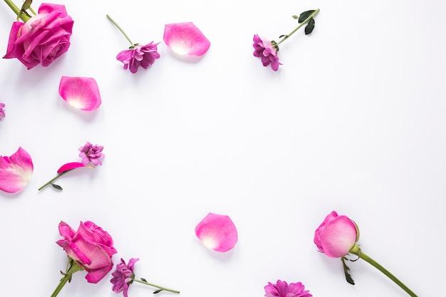 さまざまな花がテーブルの上に散らばって
