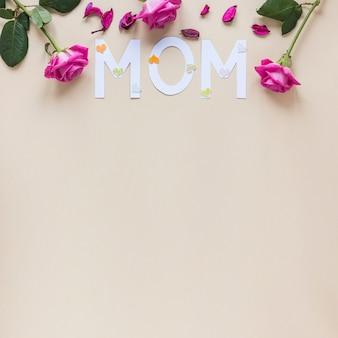 テーブルの上のバラとママの碑文
