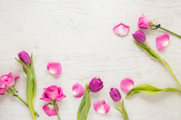 木製のテーブルの上に散らばってピンクの花