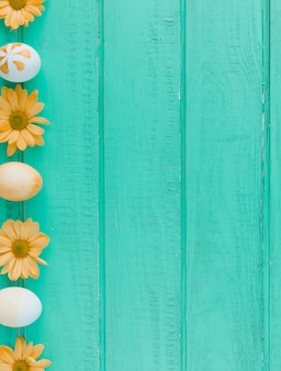 イースターエッグと机の上のオレンジ色の花