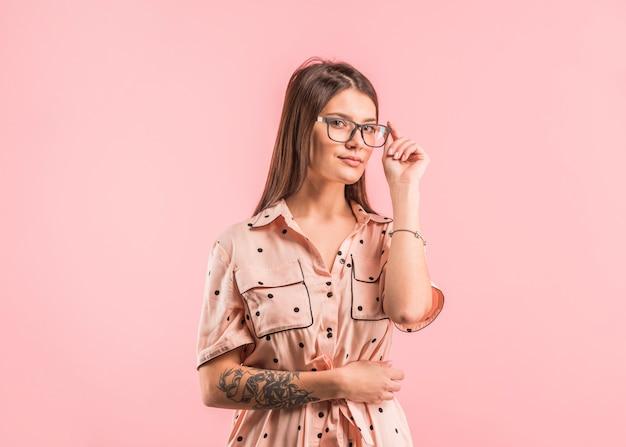 メガネを調整するドレスを着た女性