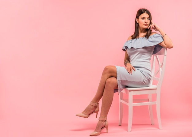 椅子に座っている青いドレスの女