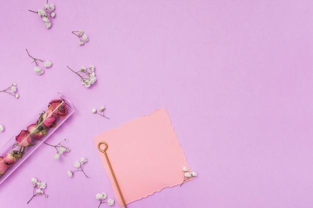 白紙の紙とドライのバラと枝