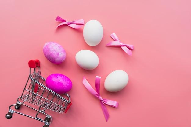 Пасхальные яйца с бантами и тележкой