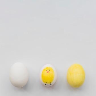 Окрашенные три яйца на белом фоне