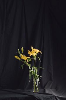 Букет желтых цветов в вазе с водой