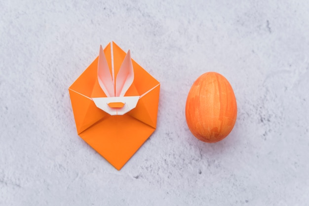 ウサギとイースターエッグのオレンジ色の折り紙