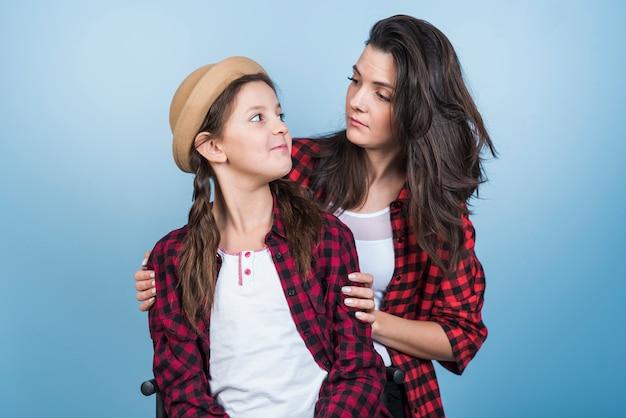 お互いを見てシャツの母と娘