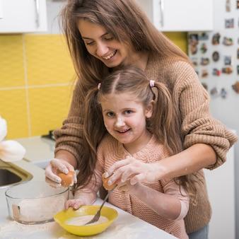 Мать и дочь готовят вместе