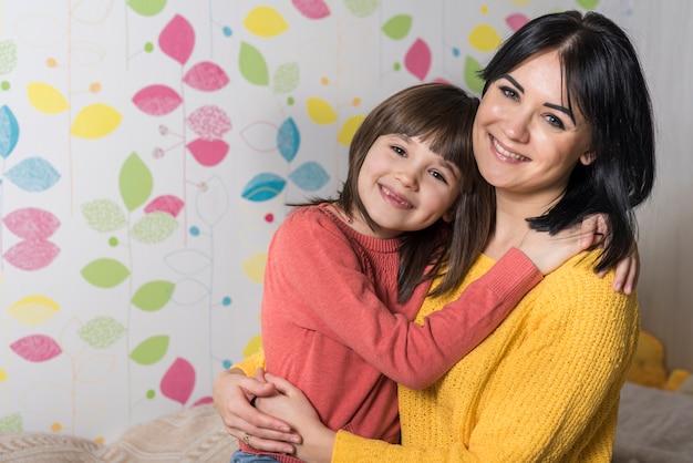 幸せな母と娘を抱いて