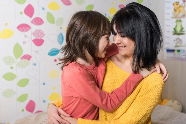 かわいい母と娘を抱いて