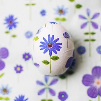 分離された卵と青い花