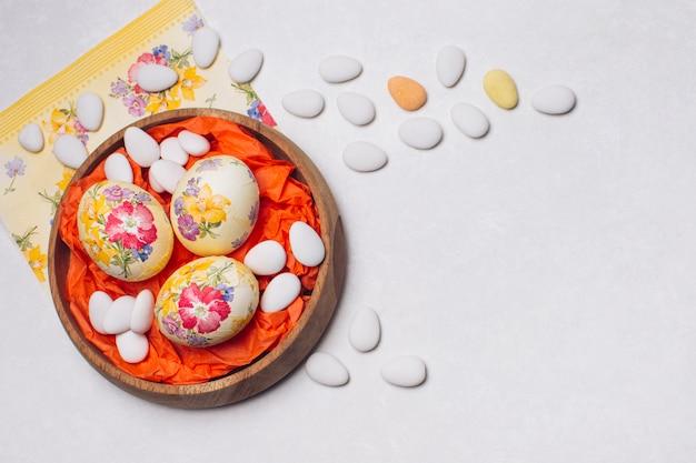 Яйца цветочные, украшенные на подносе