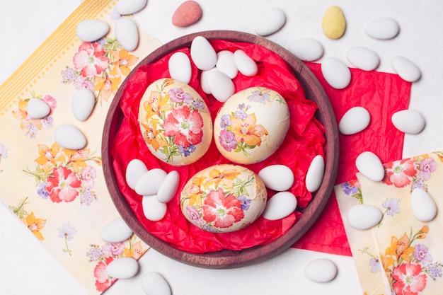 Яркая композиция из пасхальных яиц в технике декупаж