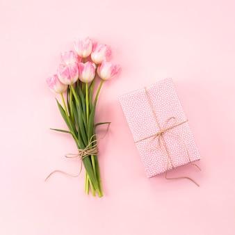 テーブルの上のギフトボックスとチューリップの花束