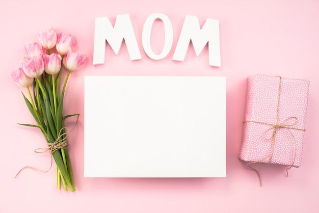 Мама надпись с букетом тюльпанов и бумаги