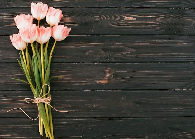 木製のテーブルに大きなチューリップの花の花束