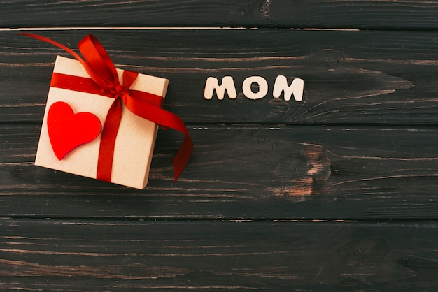 テーブルの上のギフトボックスとお母さんの碑文
