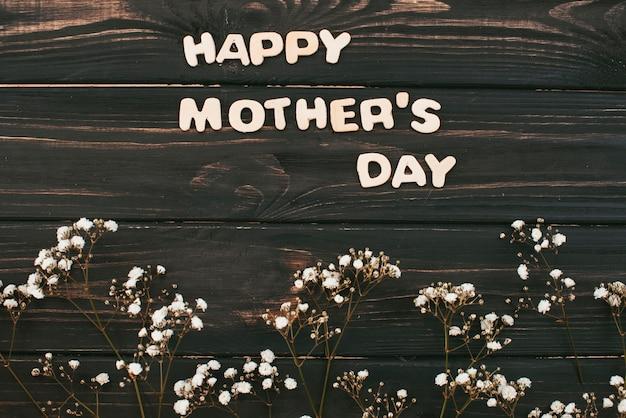 花の枝を持つ幸せな母の日碑文