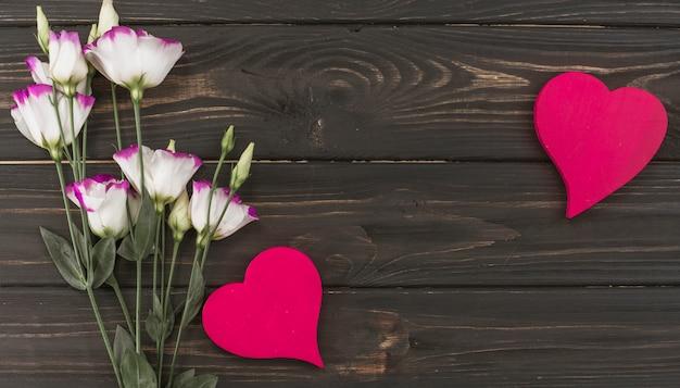 木製のテーブルの上の心と花の花束