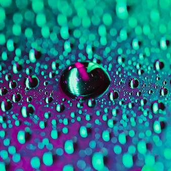 Абстрактные капли воды на боке яркий фон