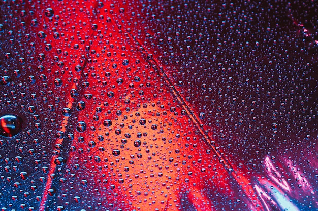 明るい背景上の抽象的な透明な泡パターンのフルフレーム