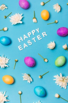 明るい卵と花芽の間のハッピーイースターのタイトル