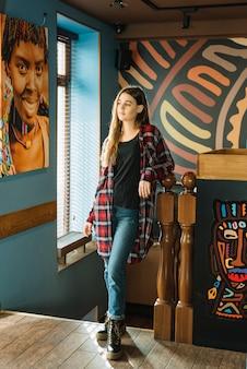 カフェに立っている思いやりのある女性