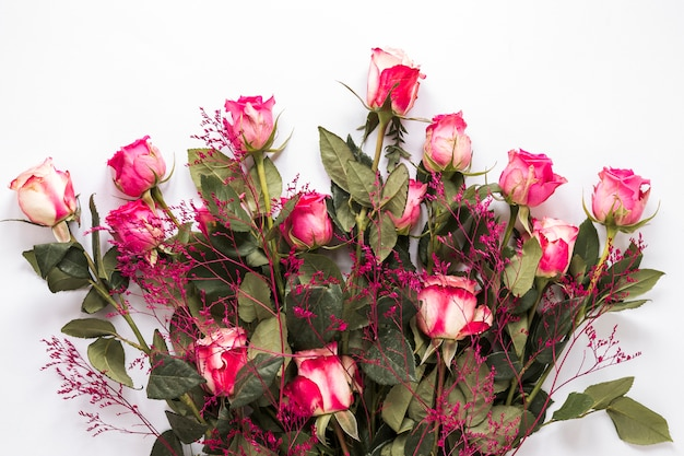 緑の葉と装飾的な植物の新鮮なバラの花束