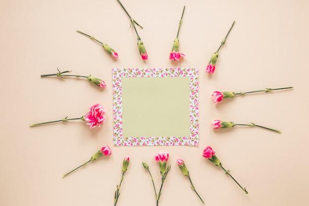 小さな空白の紙とピンクの花